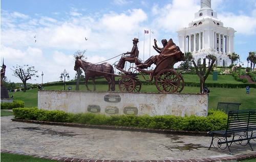 Estatua del Coche en el Monumento de Santiago, Santiago, Dominican Republic  Photo: juancardenes@verizon.net, used under Creative Commons License (By 2.0)
