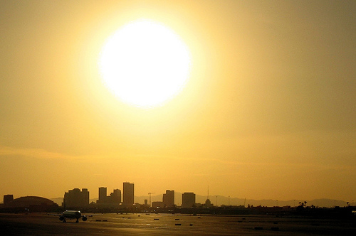 Sunset at Phoenix Sky Habor International Airport - Photo: maliciousmonkey, used under Creative Commons License (By 2.0)