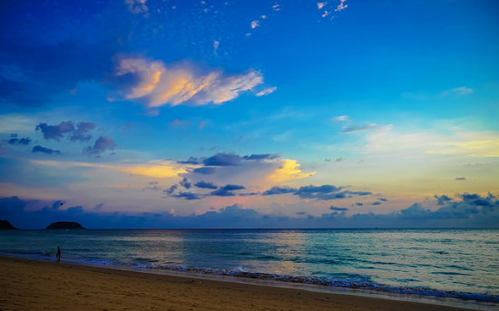 Karon Beach, Phuket, Thailand - Photo: Luke Ma via Flickr, used under Creative Commons License (By 2.0)