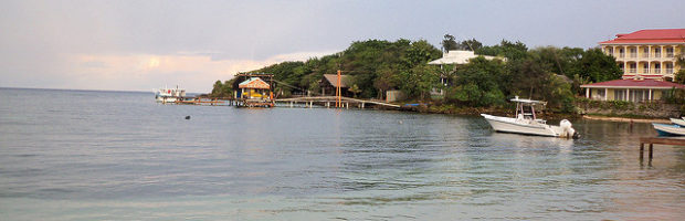 Half Moon Bay, Roatan, Honduras - Photo: Mario A. Torres via Flickr, used under Creative Commons License (By 2.0)